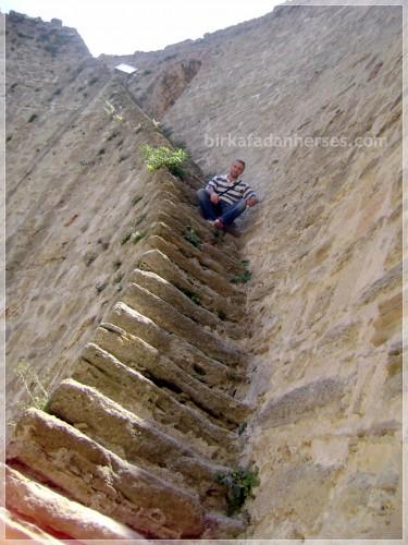 canakkale-kilitbahir-kalesi-merdivenlerinde-havali-bi-adam