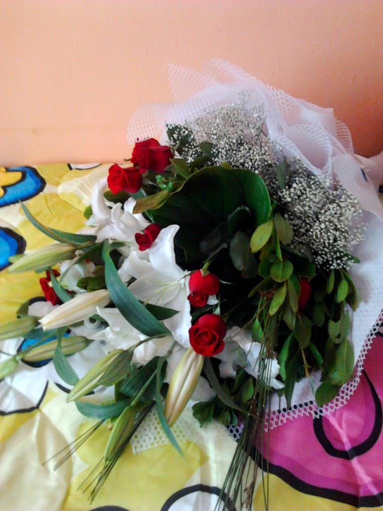 beyaz zambak kırmızı gül çiçek buketi