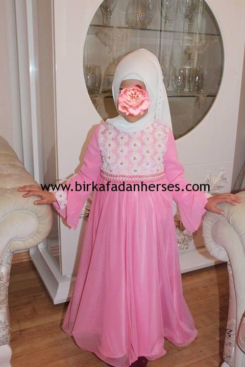 çocuklara göre pembe tesettür abiye elbiseler