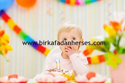 1 yaş doğum günü partisi yapmanın gereksizliği..